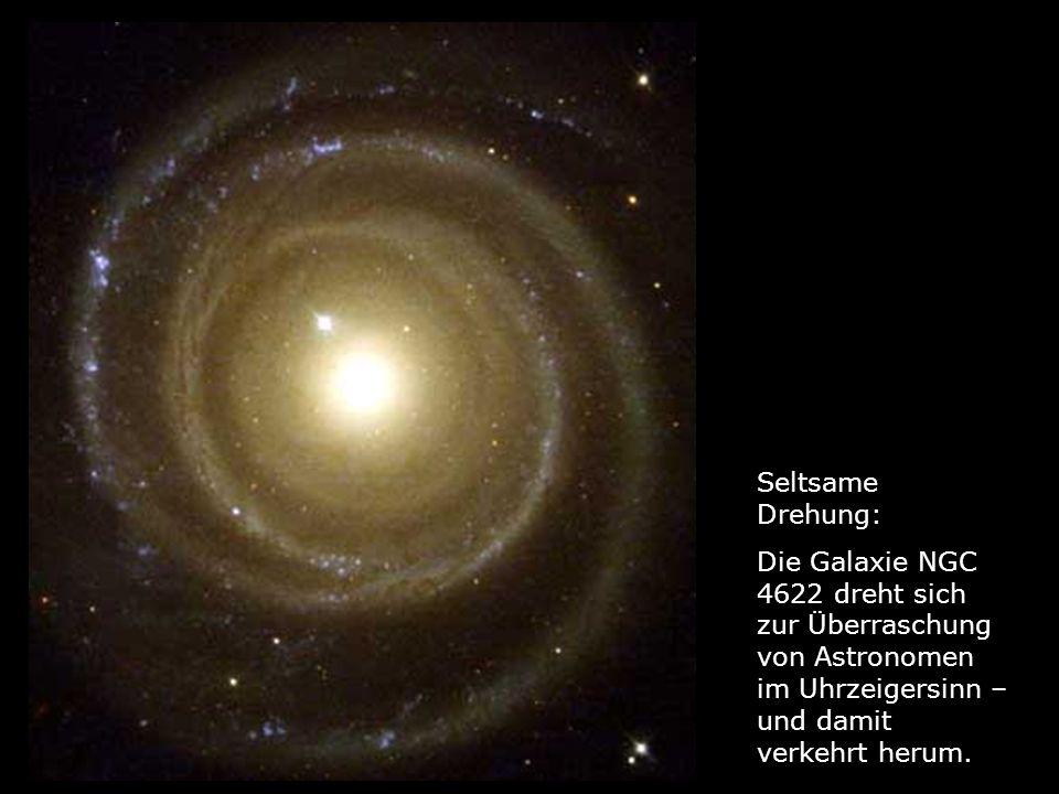 Seltsame Drehung: Die Galaxie NGC 4622 dreht sich zur Überraschung von Astronomen im Uhrzeigersinn – und damit verkehrt herum.