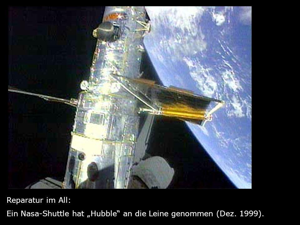 """Reparatur im All: Ein Nasa-Shuttle hat """"Hubble an die Leine genommen (Dez. 1999)."""
