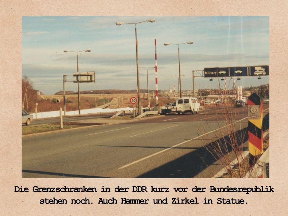 Die Grenzschranken in der DDR kurz vor der Bundesrepublik stehen noch