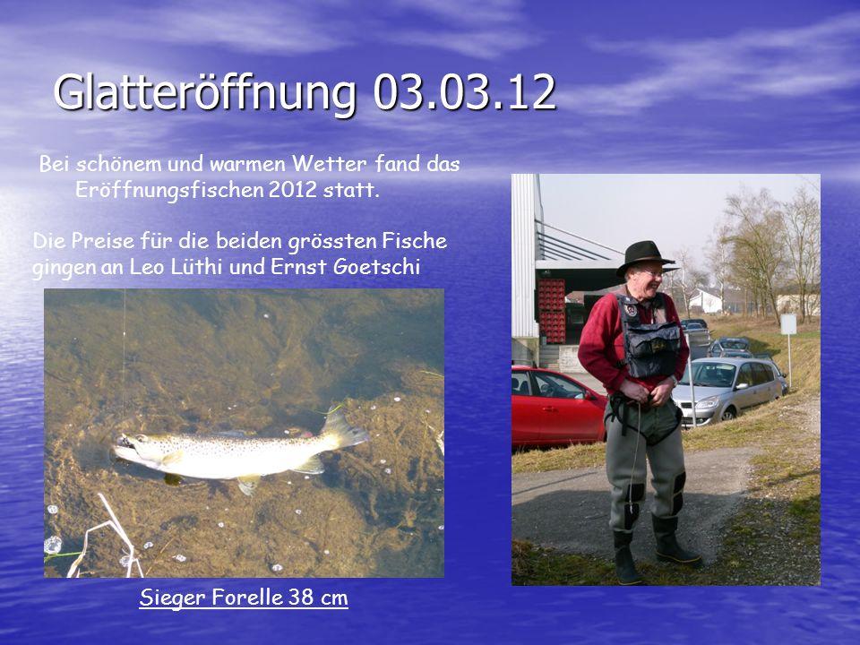 Glatteröffnung 03.03.12Bei schönem und warmen Wetter fand das Eröffnungsfischen 2012 statt. Die Preise für die beiden grössten Fische.