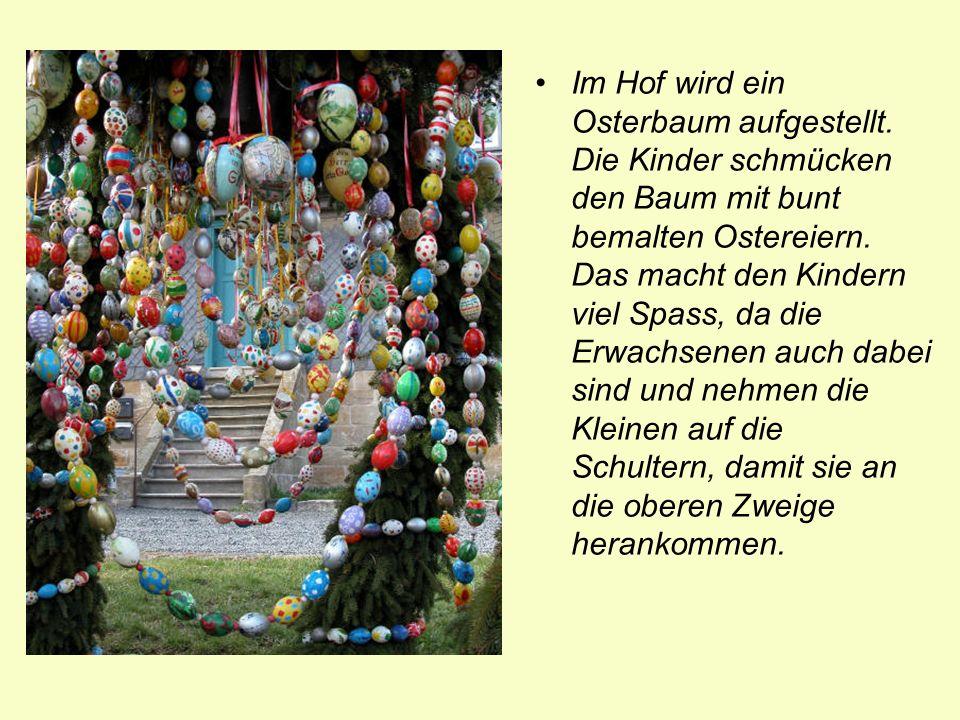 Im Hof wird ein Osterbaum aufgestellt