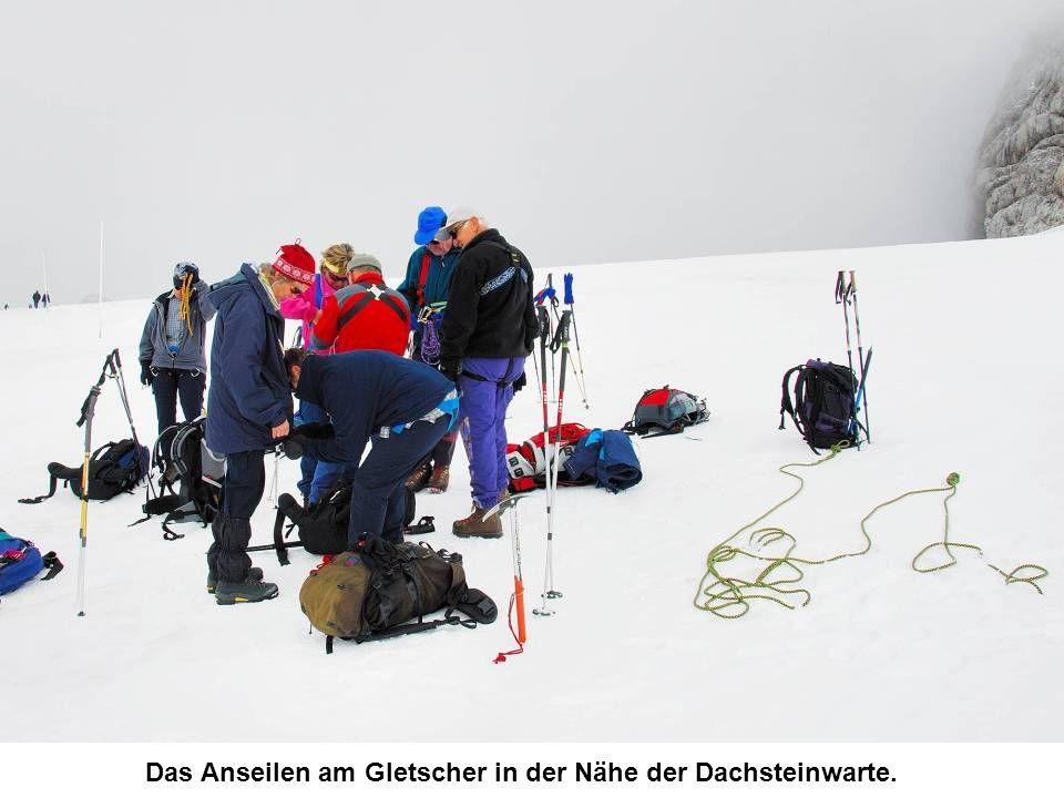 Das Anseilen am Gletscher in der Nähe der Dachsteinwarte.