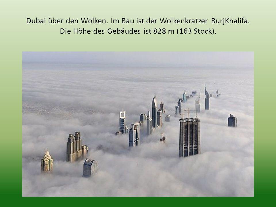 Dubai über den Wolken. Im Bau ist der Wolkenkratzer BurjKhalifa