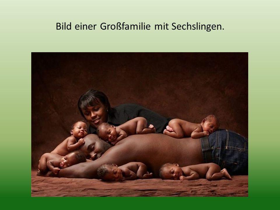 Bild einer Großfamilie mit Sechslingen.