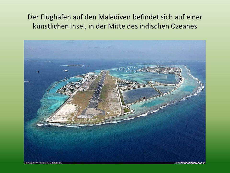 Der Flughafen auf den Malediven befindet sich auf einer künstlichen Insel, in der Mitte des indischen Ozeanes