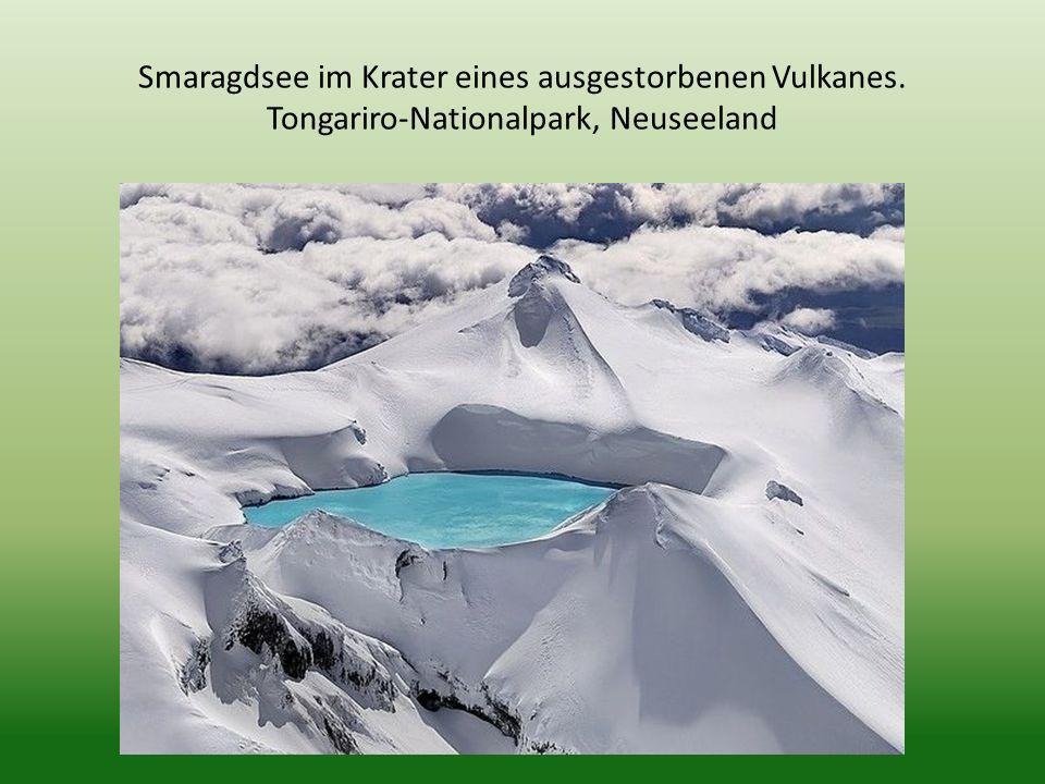 Smaragdsee im Krater eines ausgestorbenen Vulkanes