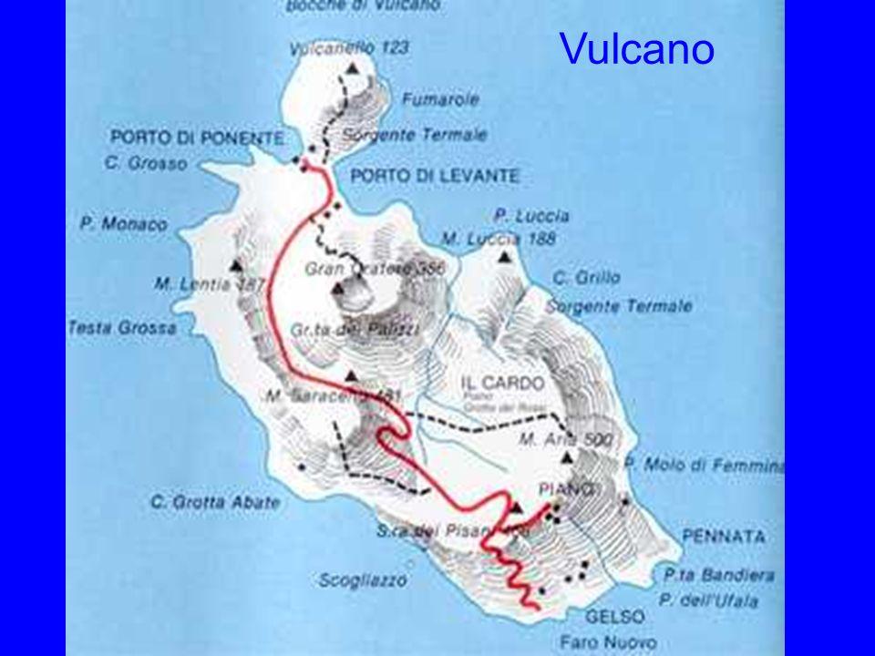 Vulcano Blick von Lipari nach Vulcano, dessen Krater gut zu sehen ist.