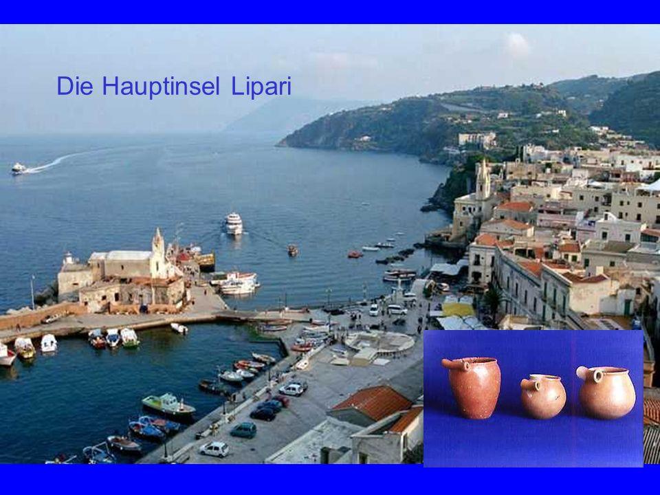 Die Hauptinsel Lipari Blick von der Akropolis zum Hafern.