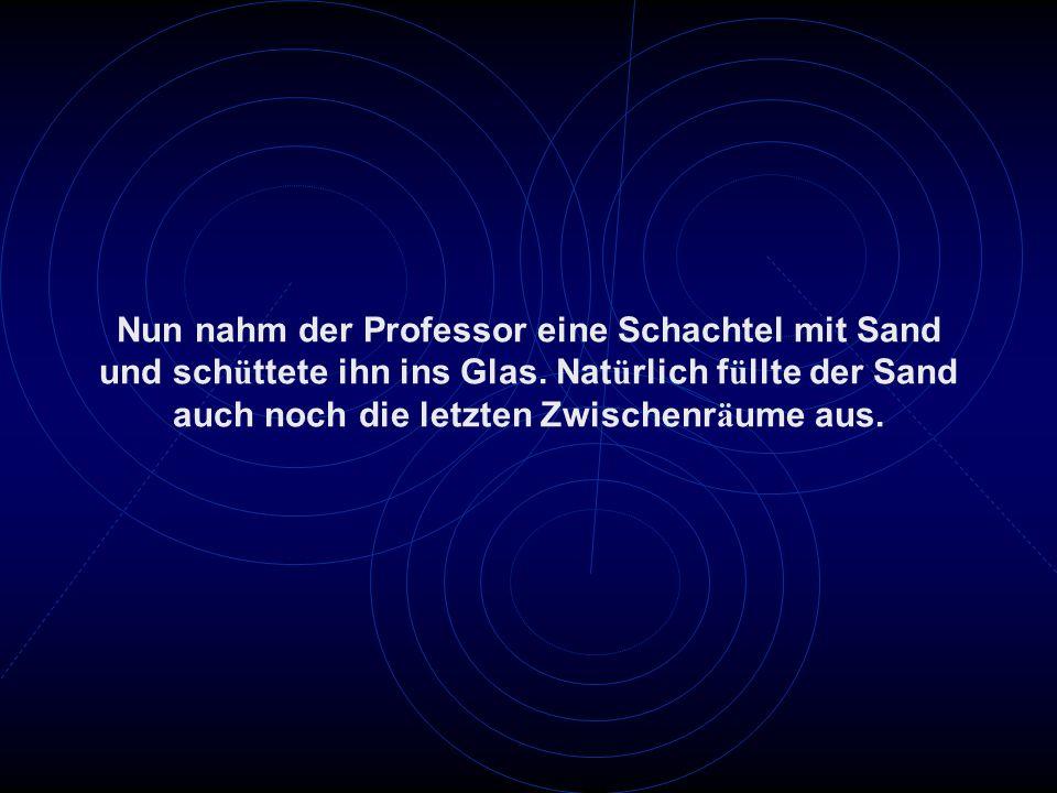 Nun nahm der Professor eine Schachtel mit Sand und schüttete ihn ins Glas.