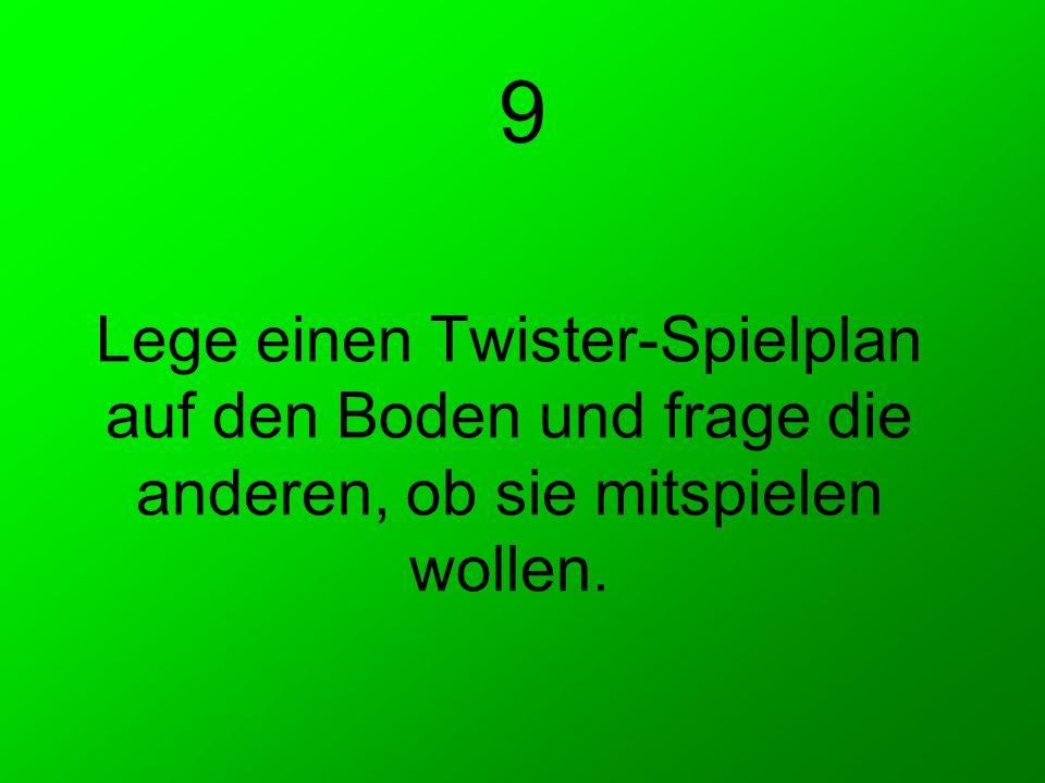 9 Lege einen Twister-Spielplan auf den Boden und frage die anderen, ob sie mitspielen wollen.