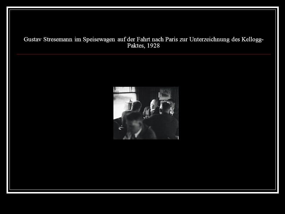 Gustav Stresemann im Speisewagen auf der Fahrt nach Paris zur Unterzeichnung des Kellogg-Paktes, 1928