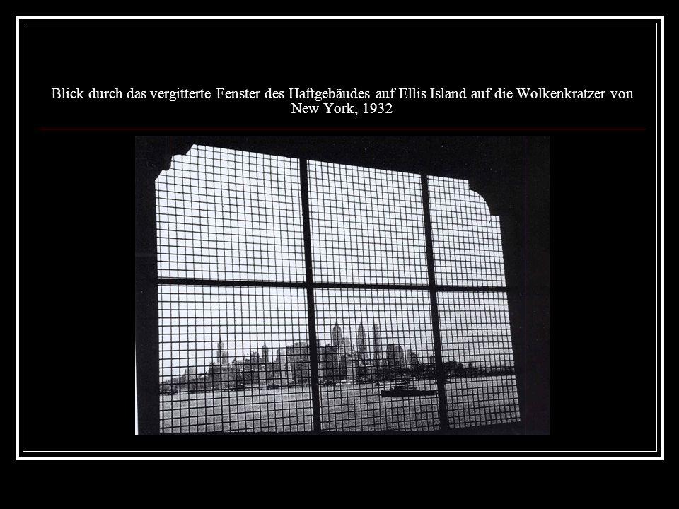 Blick durch das vergitterte Fenster des Haftgebäudes auf Ellis Island auf die Wolkenkratzer von New York, 1932