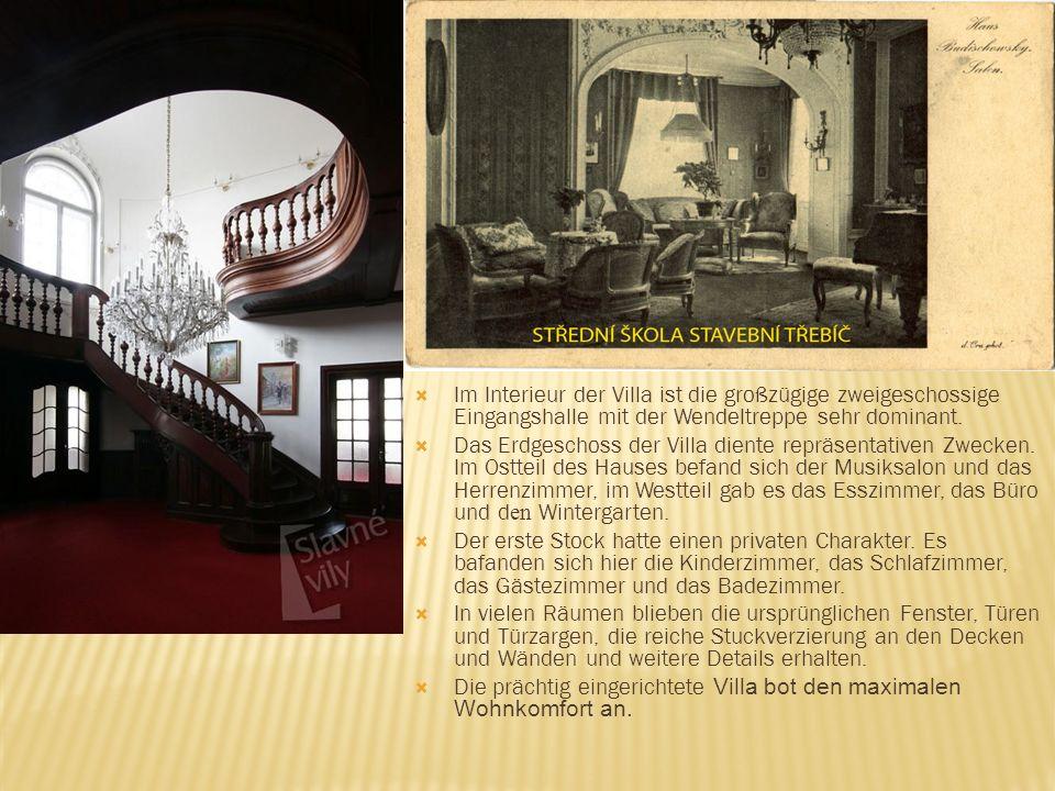 Im Interieur der Villa ist die großzügige zweigeschossige Eingangshalle mit der Wendeltreppe sehr dominant.