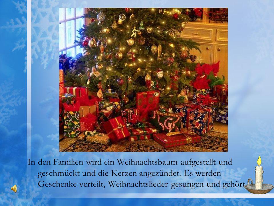 In den Familien wird ein Weihnachtsbaum aufgestellt und geschmückt und die Kerzen angezündet.