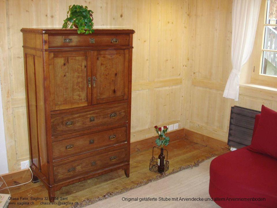 Original getäferte Stube mit Arvendecke und altem Arvenriemenboden