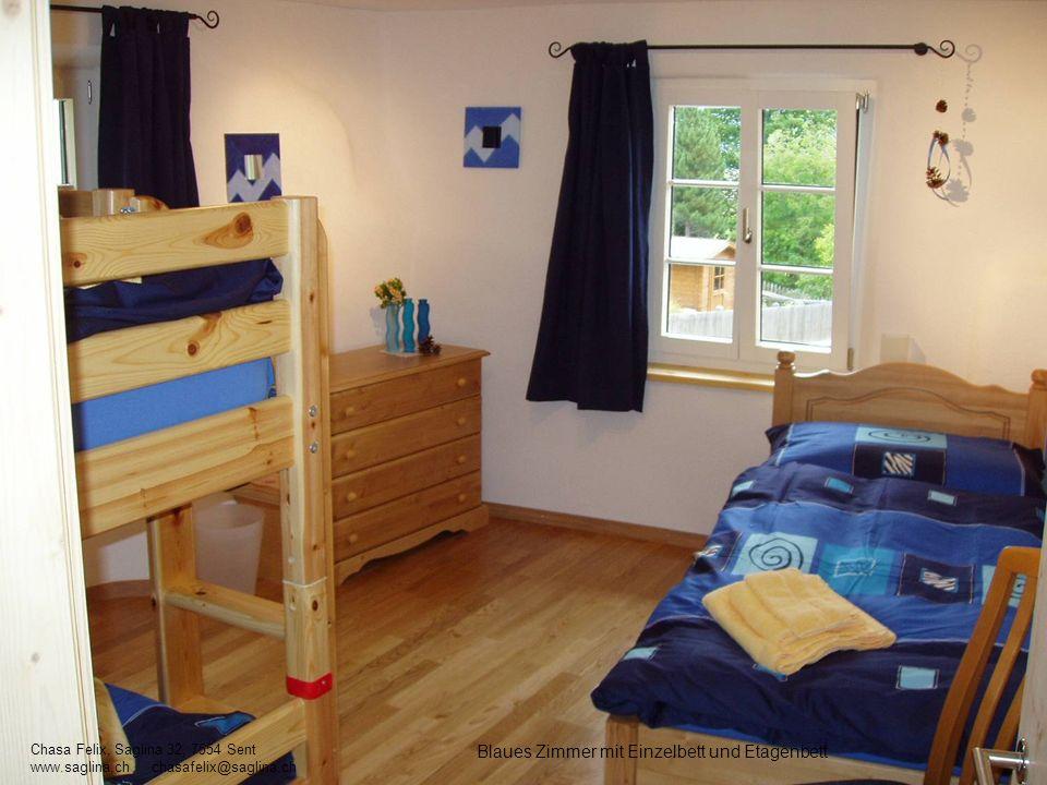 Blaues Zimmer mit Einzelbett und Etagenbett