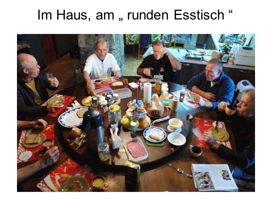"""Im Haus, am """" runden Esstisch"""