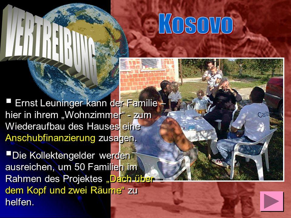 """Kosovo VERTREIBUNG. Ernst Leuninger kann der Familie – hier in ihrem """"Wohnzimmer - zum Wiederaufbau des Hauses eine Anschubfinanzierung zusagen."""
