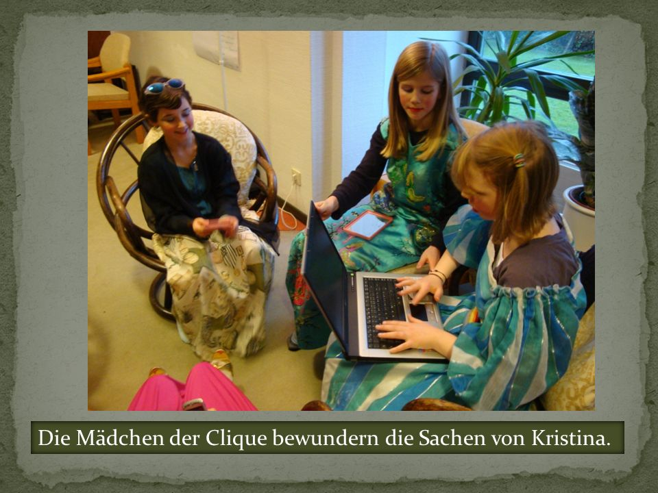 Die Mädchen der Clique bewundern die Sachen von Kristina.