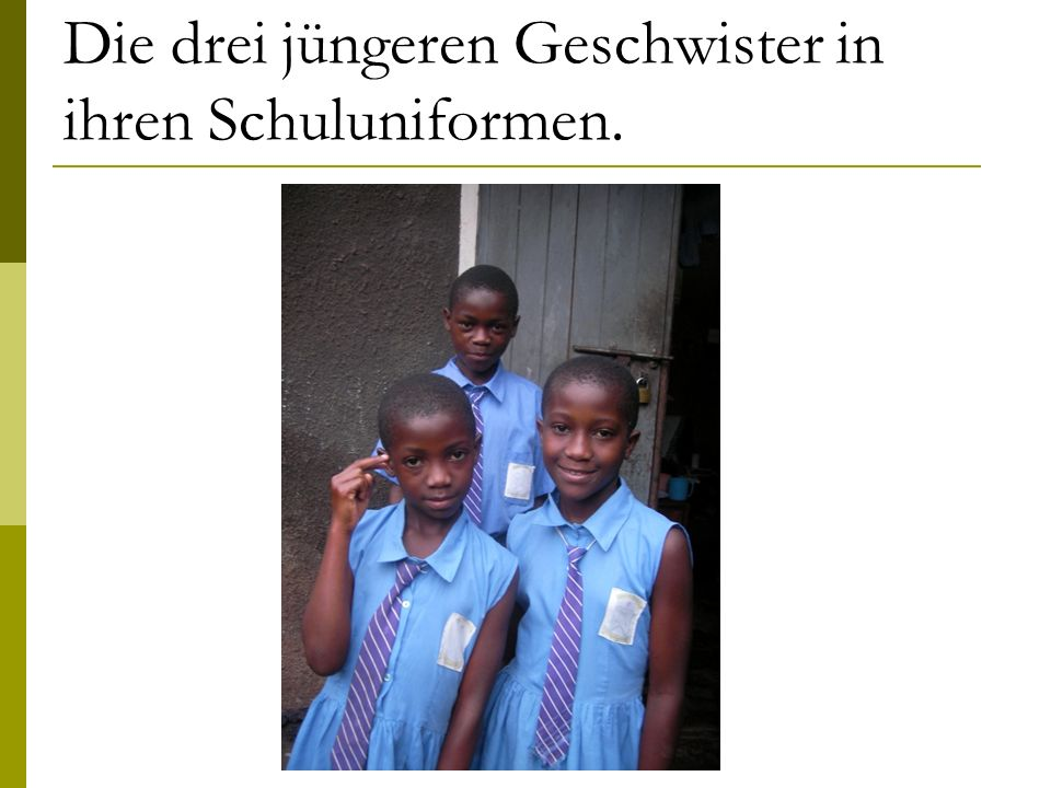 Die drei jüngeren Geschwister in ihren Schuluniformen.