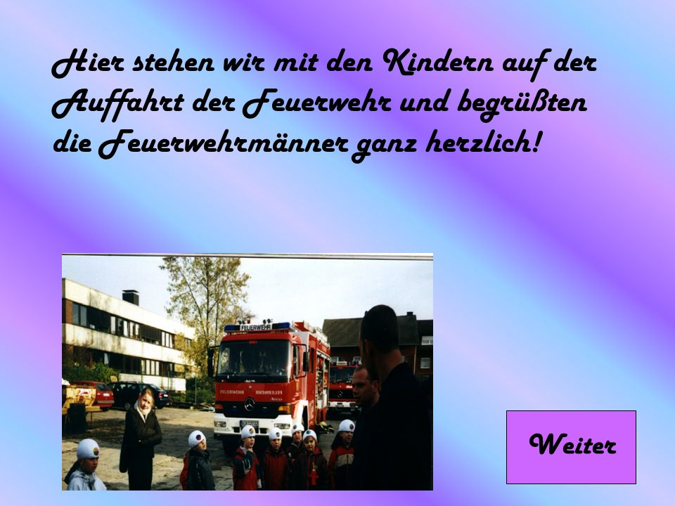Hier stehen wir mit den Kindern auf der Auffahrt der Feuerwehr und begrüßten die Feuerwehrmänner ganz herzlich!