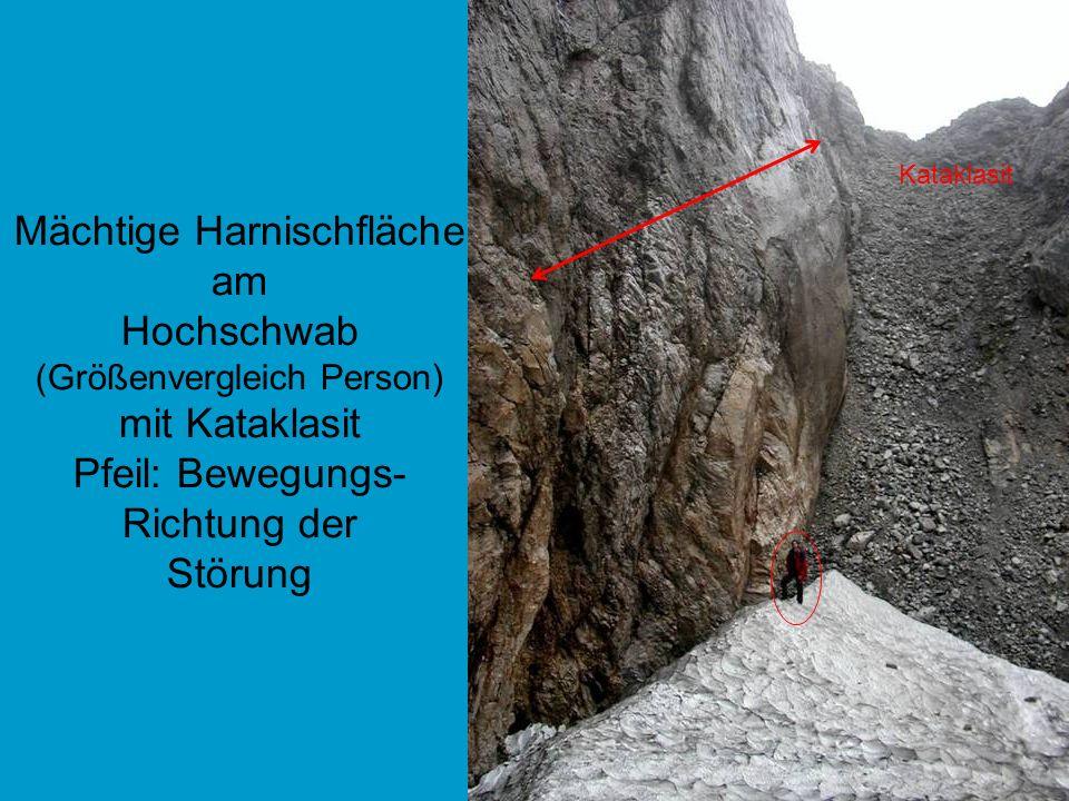 Mächtige Harnischfläche am Hochschwab (Größenvergleich Person) mit Kataklasit Pfeil: Bewegungs- Richtung der Störung