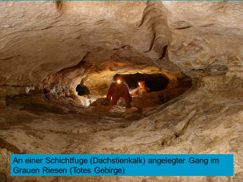An einer Schichtfuge (Dachstienkalk) angelegter Gang im Grauen Riesen (Totes Gebirge)