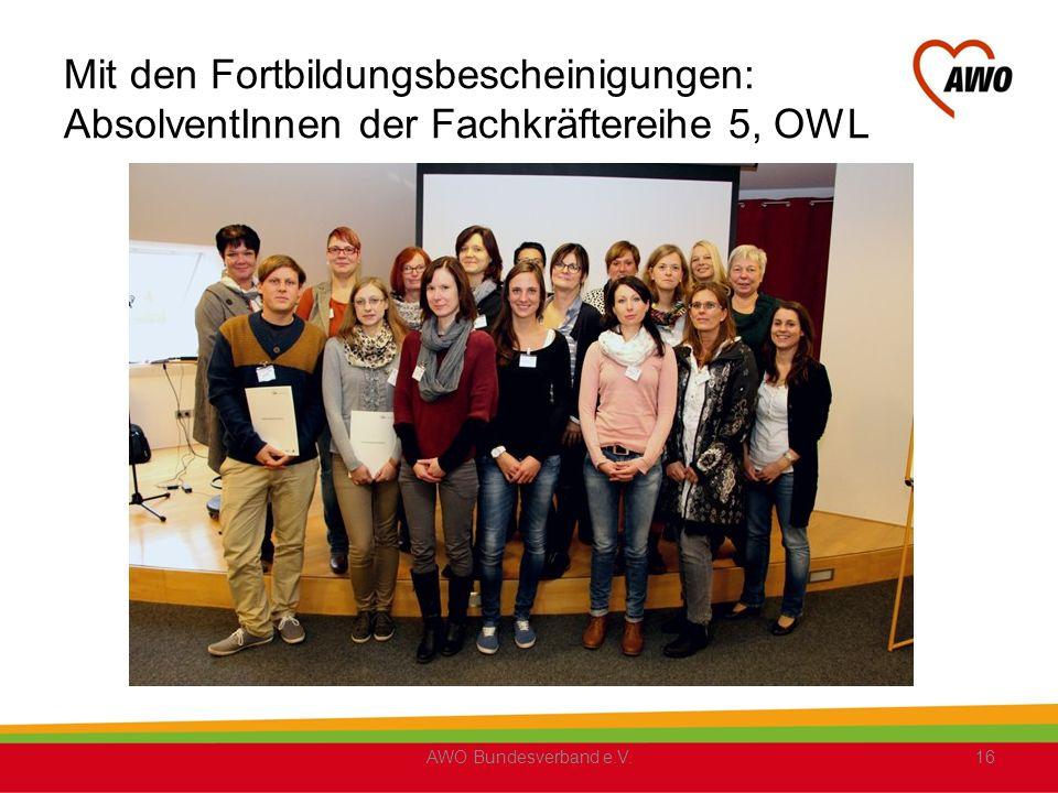 Mit den Fortbildungsbescheinigungen: AbsolventInnen der Fachkräftereihe 5, OWL
