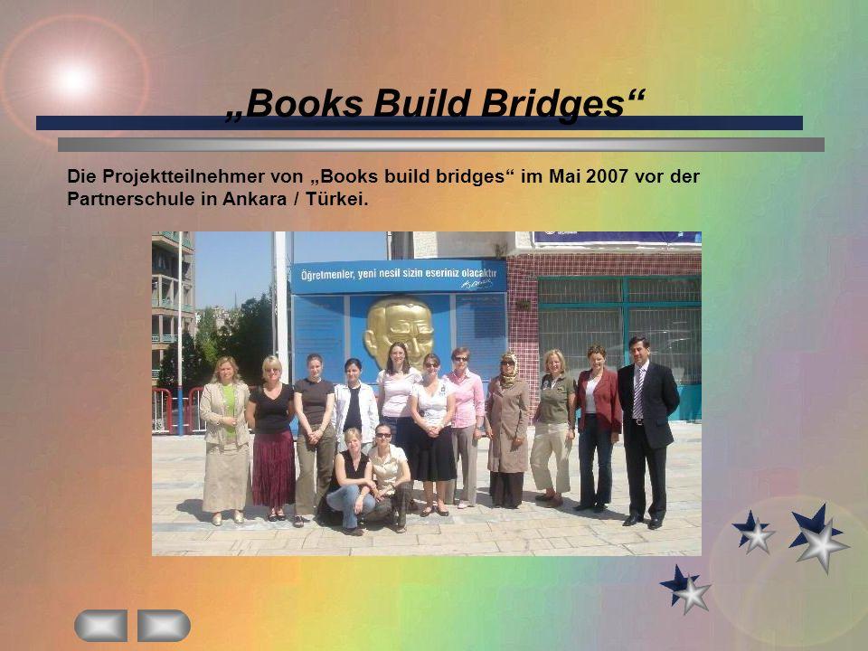 """""""Books Build Bridges Die Projektteilnehmer von """"Books build bridges im Mai 2007 vor der Partnerschule in Ankara / Türkei."""