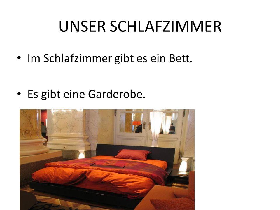 UNSER SCHLAFZIMMER Im Schlafzimmer gibt es ein Bett.