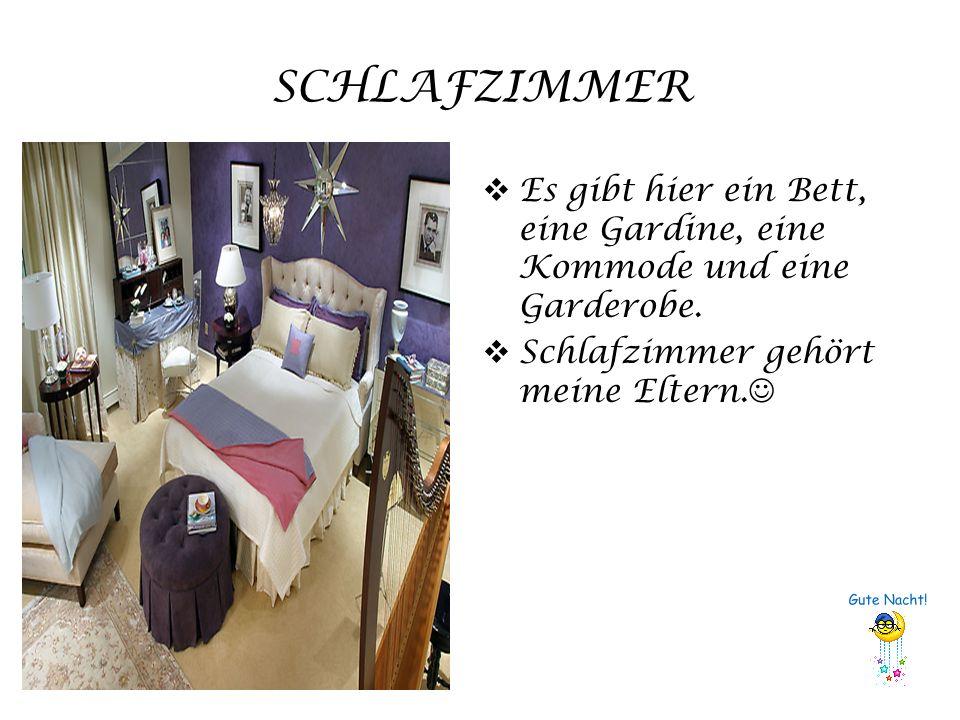 SCHLAFZIMMER Es gibt hier ein Bett, eine Gardine, eine Kommode und eine Garderobe.