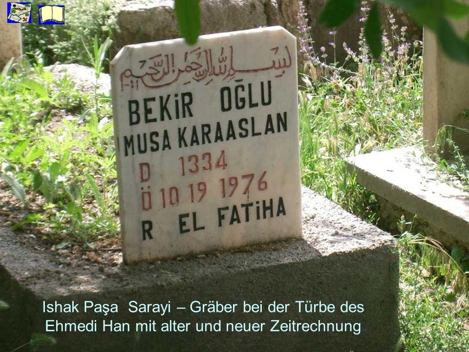 Ishak Paşa Sarayi – Gräber bei der Türbe des Ehmedi Han mit alter und neuer Zeitrechnung