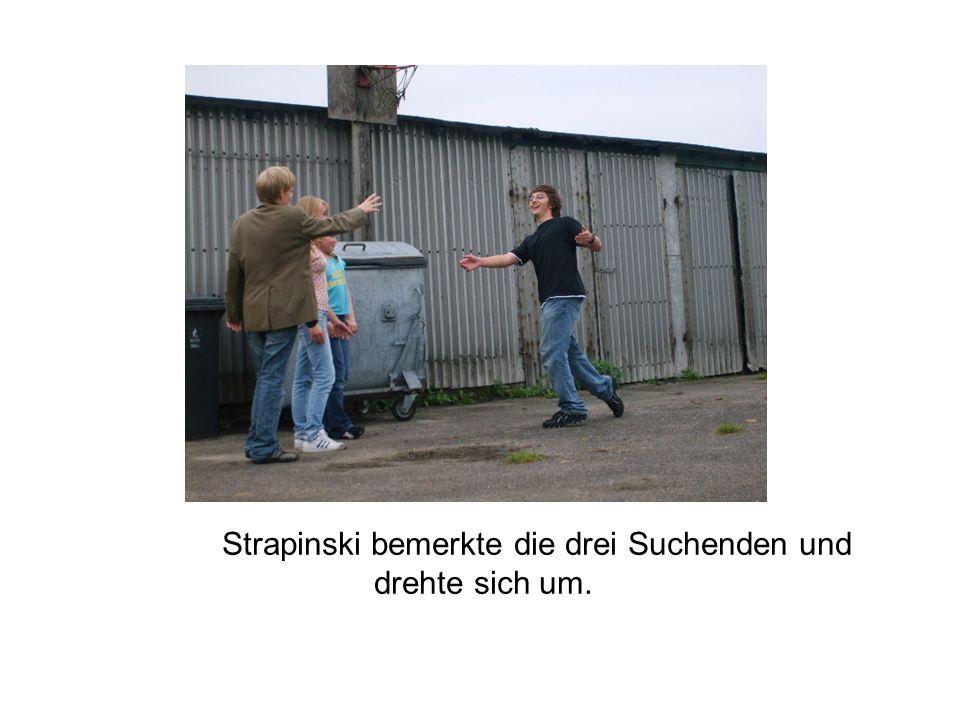 Strapinski bemerkte die drei Suchenden und drehte sich um.