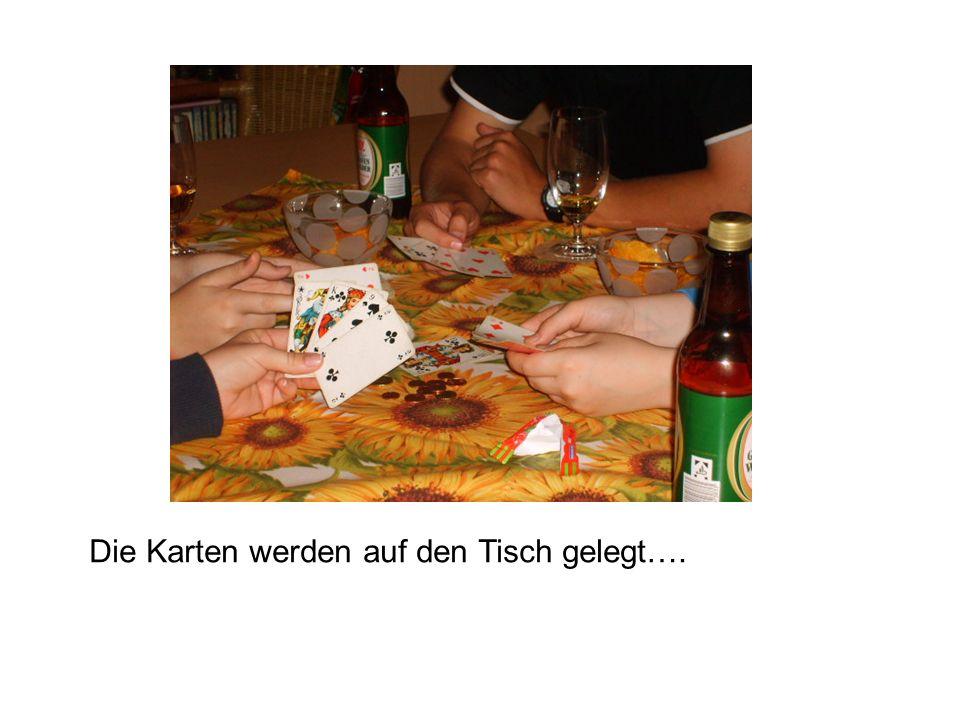 Die Karten werden auf den Tisch gelegt….