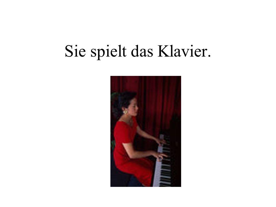 Sie spielt das Klavier.