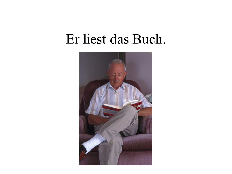 Er liest das Buch.