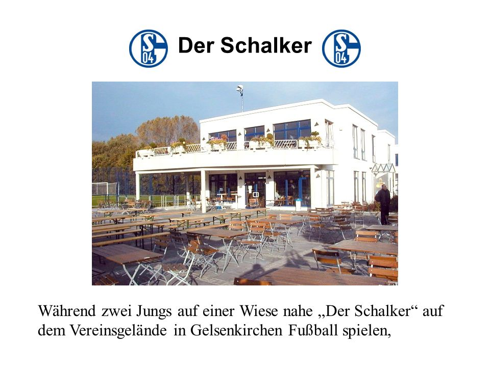 """Der Schalker Während zwei Jungs auf einer Wiese nahe """"Der Schalker auf dem Vereinsgelände in Gelsenkirchen Fußball spielen,"""