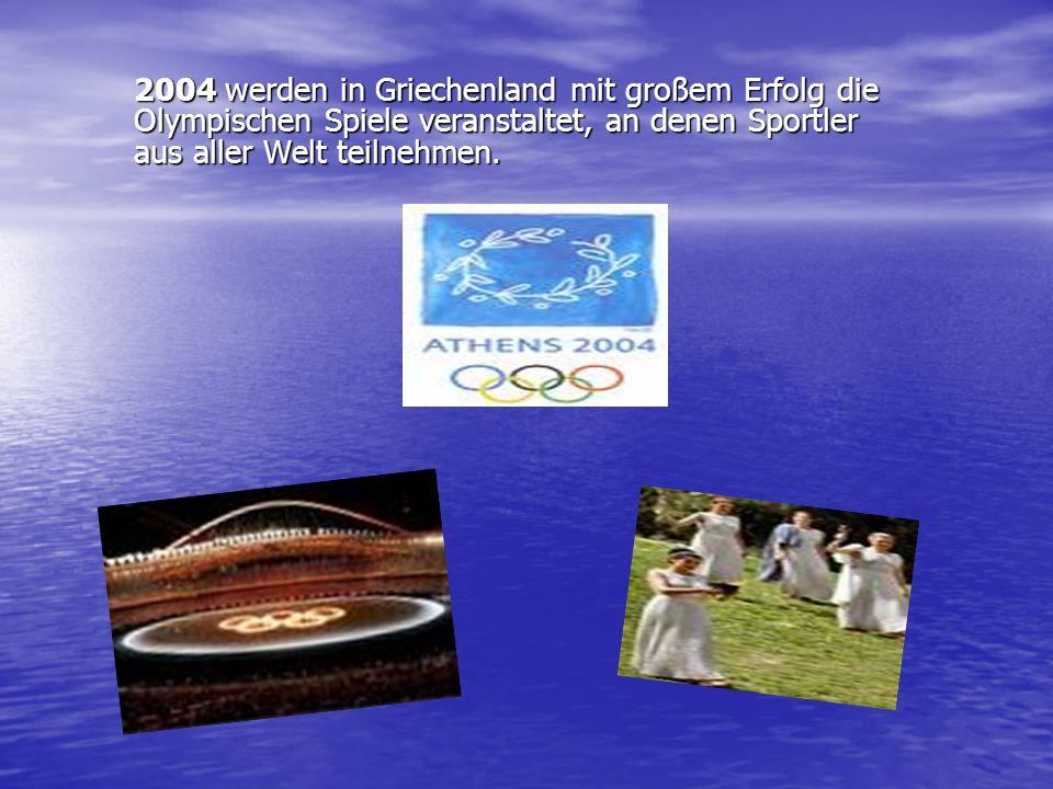 2004 werden in Griechenland mit großem Erfolg die Olympischen Spiele veranstaltet, an denen Sportler aus aller Welt teilnehmen.