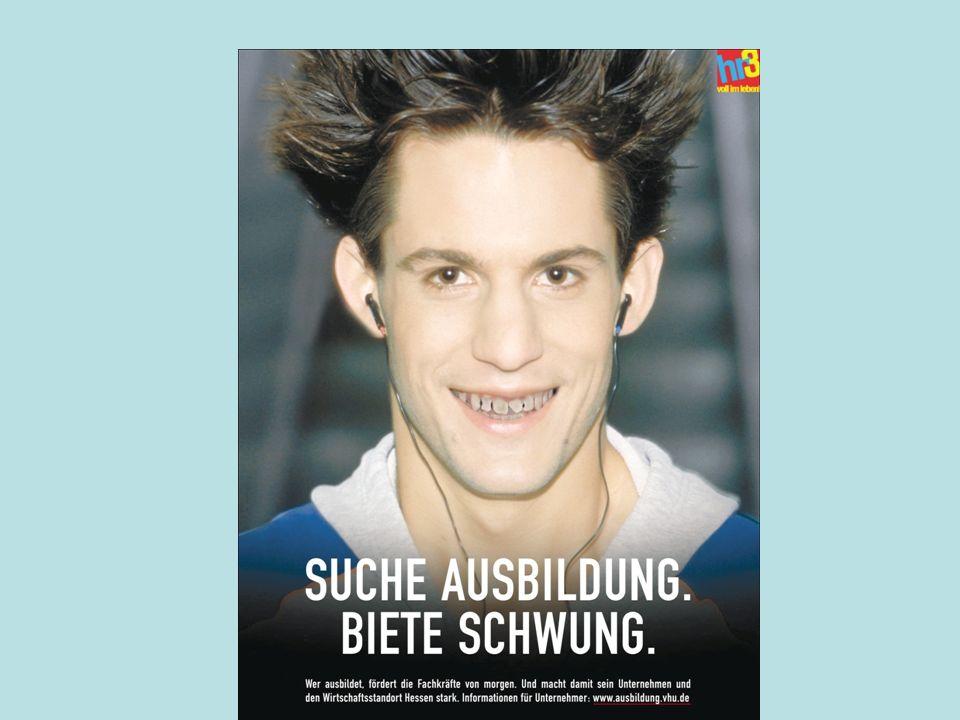 Wie wirkt der gleiche junge Mann, wenn er schlechte Zähne beim Lachen zeigt