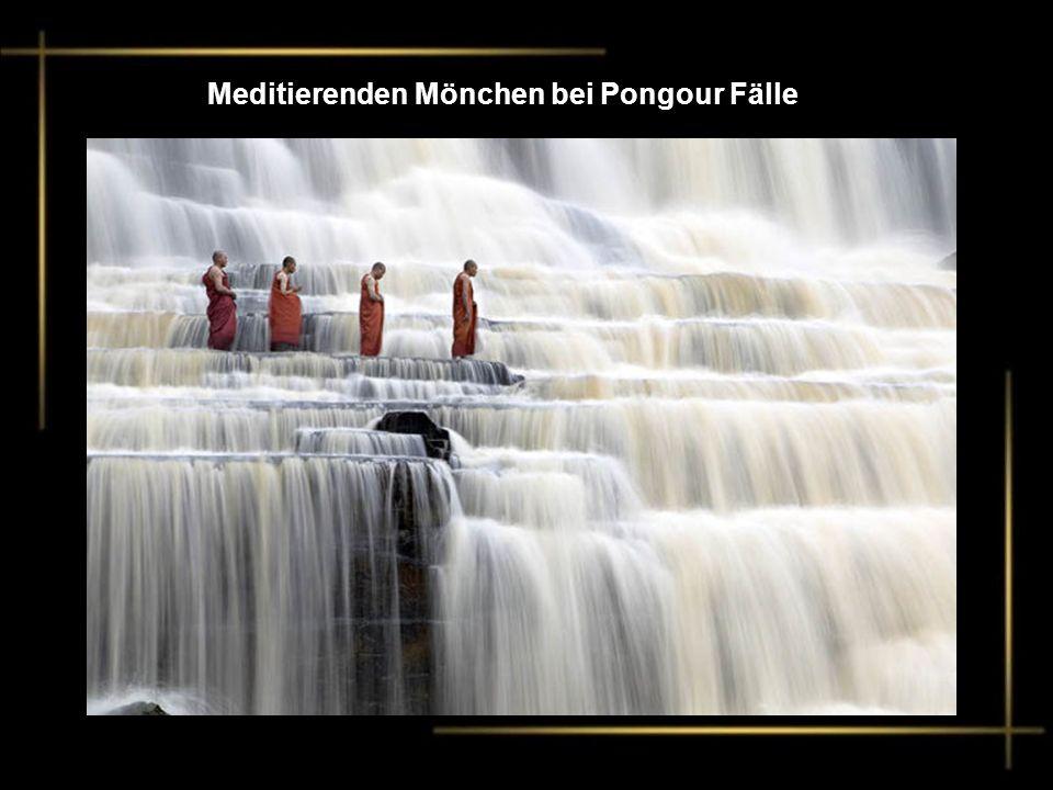 Meditierenden Mönchen bei Pongour Fälle