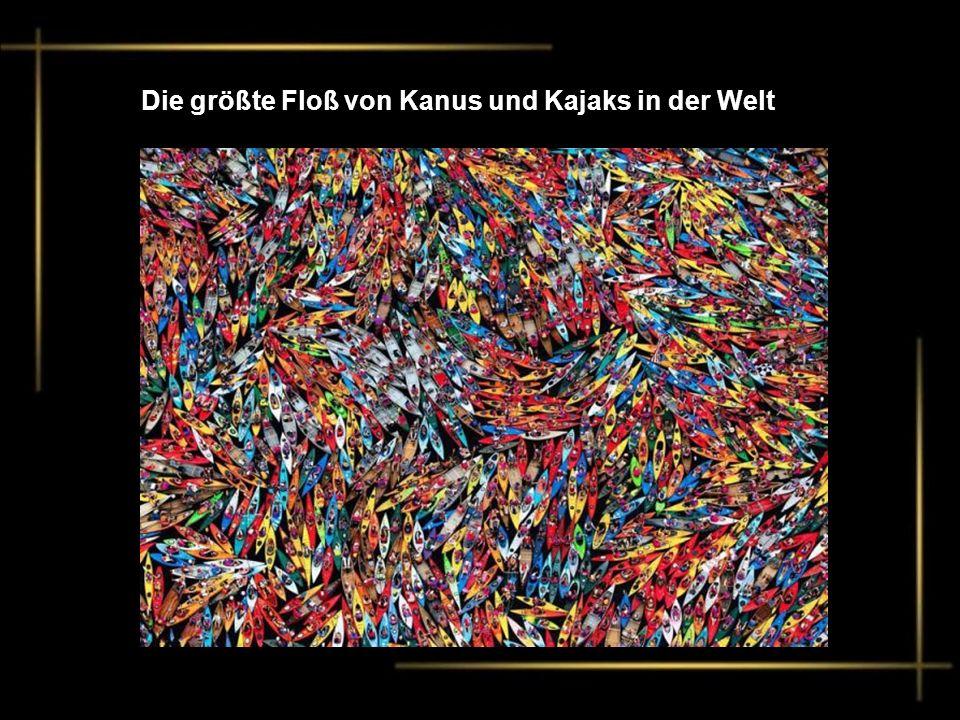 Die größte Floß von Kanus und Kajaks in der Welt