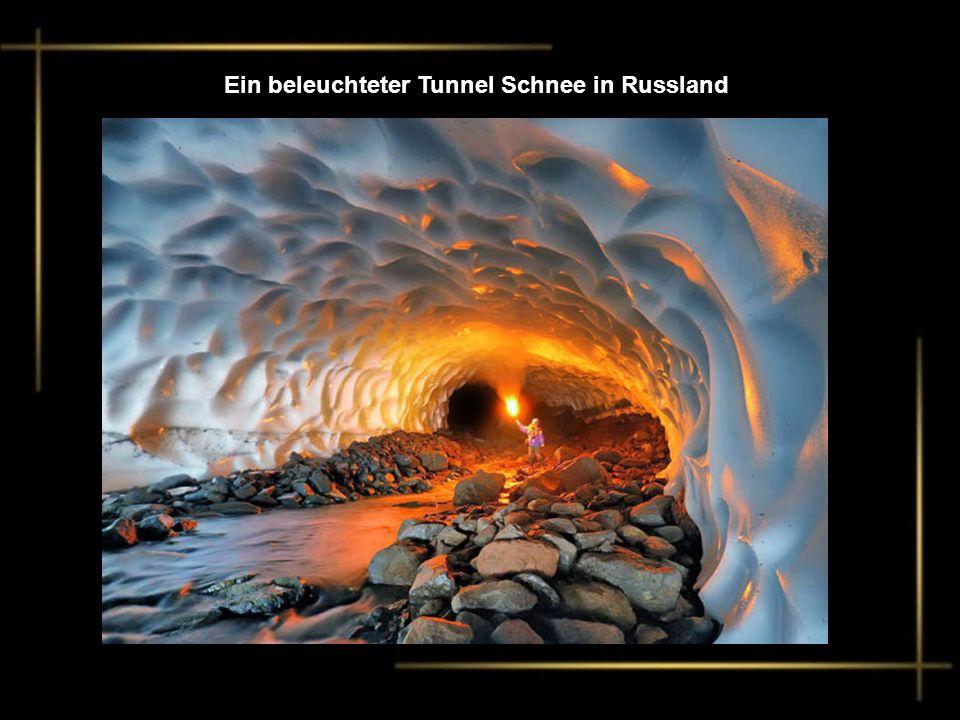 Ein beleuchteter Tunnel Schnee in Russland