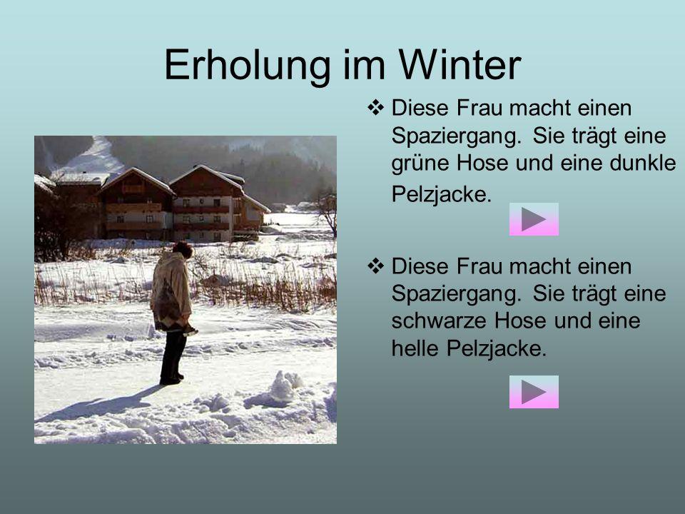 Erholung im Winter Diese Frau macht einen Spaziergang. Sie trägt eine grüne Hose und eine dunkle Pelzjacke.