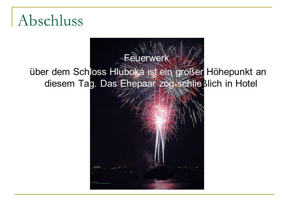 Abschluss Feuerwerk. über dem Schloss Hluboká ist ein großer Höhepunkt an diesem Tag.
