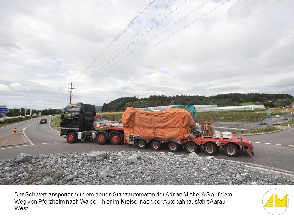 Der Schwertransporter mit dem neuen Stanzautomaten der Adrian Michel AG auf dem Weg von Pforzheim nach Walde – hier im Kreisel nach der Autobahnausfahrt Aarau West.