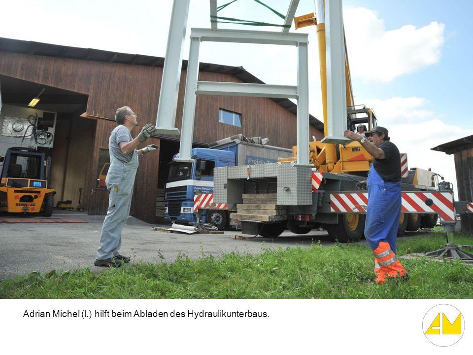 Adrian Michel (l.) hilft beim Abladen des Hydraulikunterbaus.