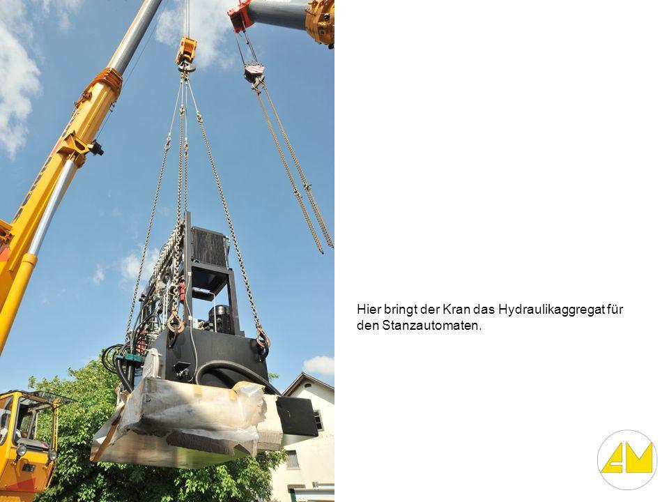 Hier bringt der Kran das Hydraulikaggregat für den Stanzautomaten.