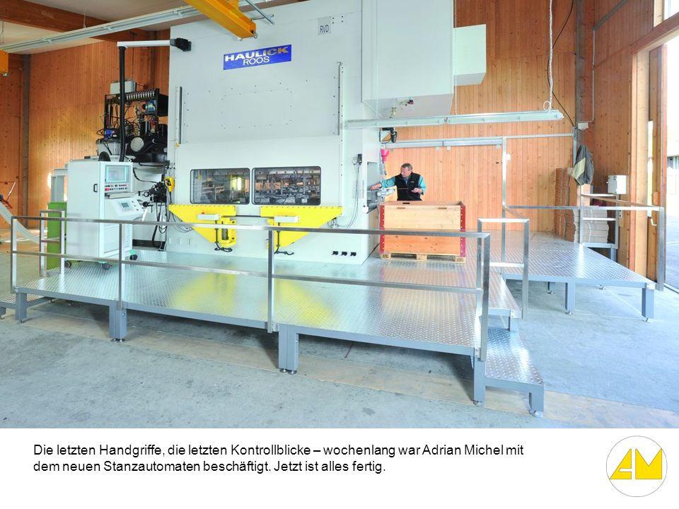 Die letzten Handgriffe, die letzten Kontrollblicke – wochenlang war Adrian Michel mit dem neuen Stanzautomaten beschäftigt.