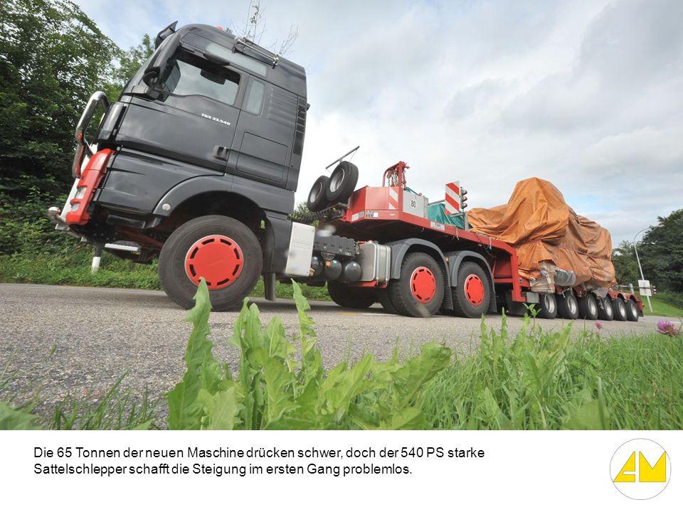 Die 65 Tonnen der neuen Maschine drücken schwer, doch der 540 PS starke Sattelschlepper schafft die Steigung im ersten Gang problemlos.
