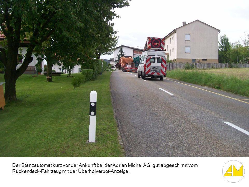 Der Stanzautomat kurz vor der Ankunft bei der Adrian Michel AG, gut abgeschirmt vom Rückendeck-Fahrzeug mit der Überholverbot-Anzeige.